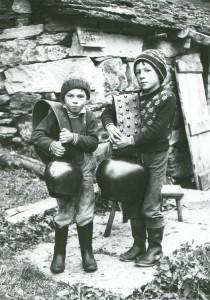 bambini-coi-campanacci-210x300